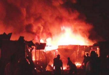 Incendio en el mercado de Sullana consume más de cien puestos
