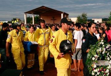 Con aplausos y recordando valentía, despidieron a los jóvenes bomberos