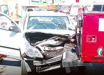 Cuatro personas lesionadas entre una camioneta y una unidad de ataque rápido