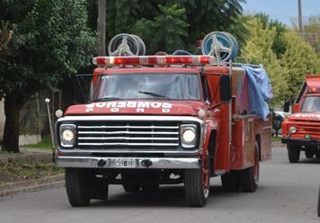 Con ayuda de los vecinos, los bomberos compraron una autobomba cisterna