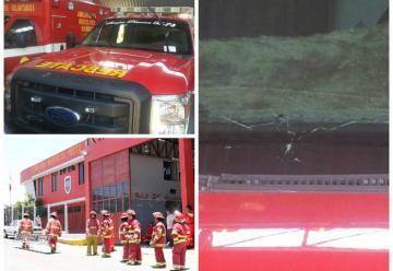 Arrojan piedra a vehículo de rescate de los bomberos