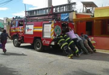 Bomberos acuden a llamado por incendio y terminaron empujando el carro