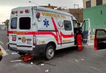 Choca y vuelca ambulamia de bomberos en el Callao