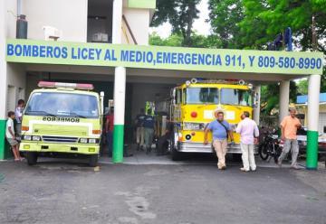 Camión de bomberos sirve de ambulancia en Santiago
