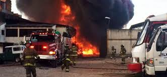 Bomberos controlaron incendio en bodega de solventes de Engativá