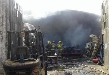 Bomberos lograron contener gran incendio en Quilmes Oeste
