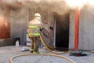 Un bombero asistió al incendio de la casa de su padre