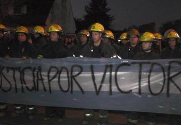 Una multitud reclamó justicia por el asesinato del bombero Víctor Orellana
