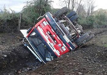 Volcamiento de carro bomba de Bomberos Coihueco deja cuatro voluntarios lesionados