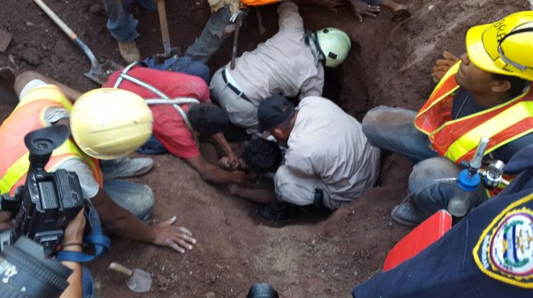 Bomberos rescatan a hombre soterrado al caerse edificio en construcción