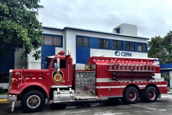 """CEPM y """"Bomberos sin Fronteras"""" donan camión a bomberos de Verón"""