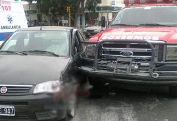 Choca un automóvil y una autobomba cuando se dirijia a un incendio