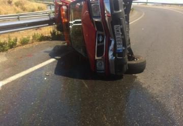 Dos bomberos heridos al volcar el camión en el que circulaban en Toledo
