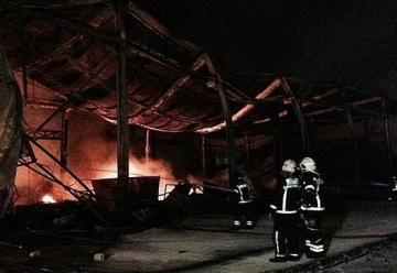 Un incendio ha arrasado una nave industrial en Fuenlabrada