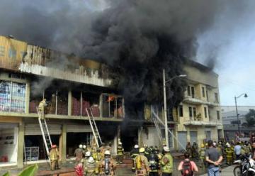 Mas de 50 unidades de los Bomberos combatieron un voraz incendio en la Bahía