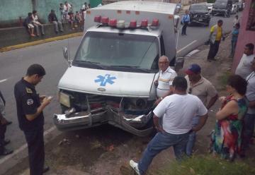Camioneta impacta a ambulancia de bomberos