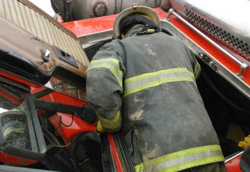 Unidad de Rescate de Bomberos impactó con un bus en Temuco