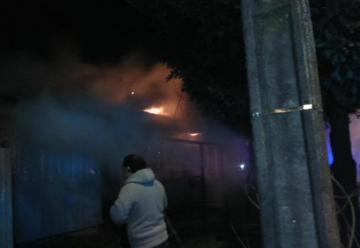 Bomberos acusan agresiones durante combate de incendio