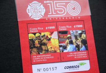 Con olor a humo: Bomberos reciben postal honorífica en su 150 Aniversario