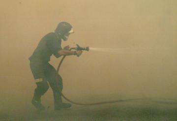 Un bombero ha resultado herido al derrumbarse un almacén de cereales