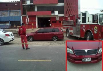 Autos bloquean salida de estación de bomberos en el Callao