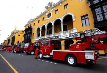 El alcalde de Lima entregó tres camiones al Cuerpo General de Bomberos Voluntarios