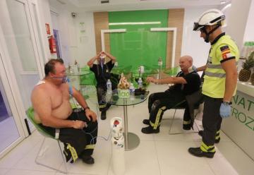 El fuego devasta un piso y causa heridas a tres bomberos