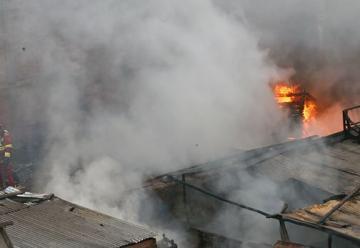 Incendio en depósito se extendió a casas aledañas