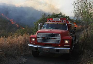 Ciudadanos detienen a las unidades de bomberos reclamándoles que le den agua