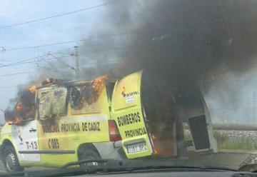 Una unidad de bomberos de Cadiz quedo destruido por las llamas.