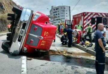 Carro de bomberos se volcó en Cali