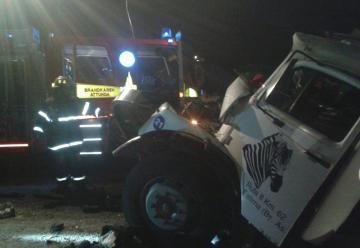Bomberos interviene en choque de camiones en ruta 29