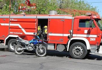 Choque entre dos policías en moto y una autobomba de Bomberos