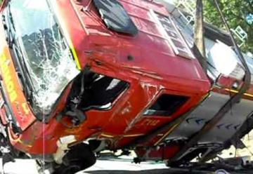 Heridos tres bomberos al volcar un camión en la Academia de Arkaute