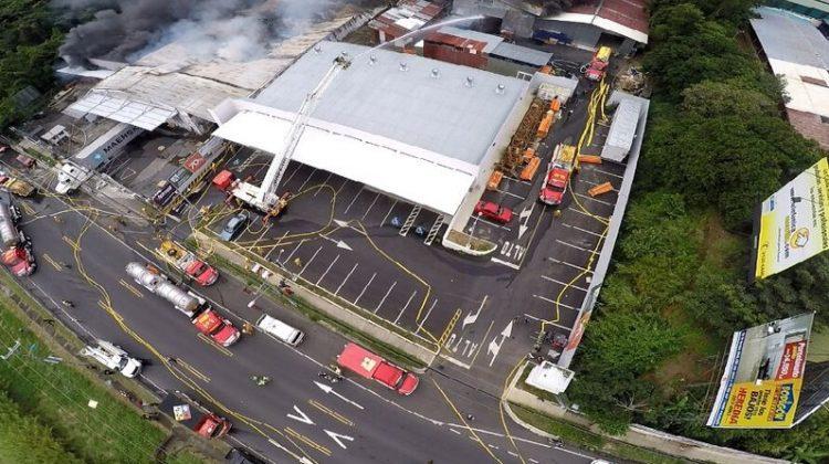 Un voraz incendio destruye una fábrica y dos bodegas