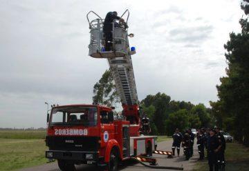 Bomberos practicaron en el uso de la escalera mecánica