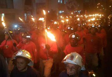 Bomberos de Panamá realizan tradicional Desfile de Antorchas