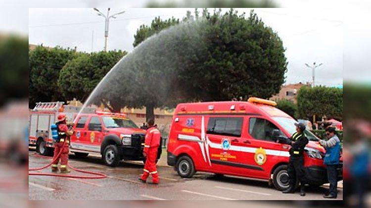 Entregan vehículo contra incendio y ambulancia a bomberos