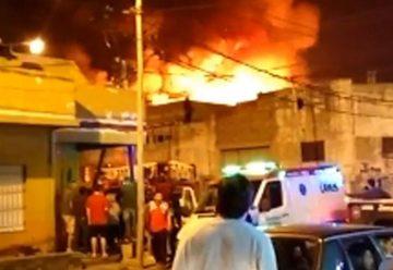 Gran incendio afecto fábrica de velas en Lanús