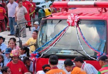 Corea dona ambulancia y cisterna para bomberos de Chanchamayo