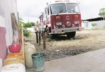 Carro de bomberos donado se pudre en un patio