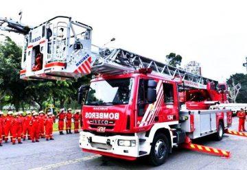 Entregan ambulancias y escaleras mecanicas a bomberos