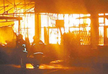 """Voraz incendio destruye supermercado """"Q' Barato"""""""