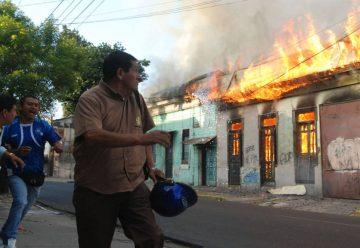 Voraz incendio destruye 5 viviendas en el Centenario