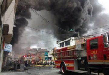 Bomberos atienden voraz incendio en el centro de Cali