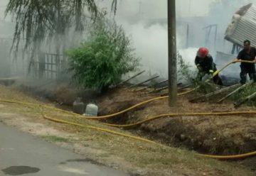 Un incendio consumió ahora 4 viviendas en L. Olmos, un bombero resulto herido