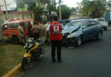 Carro atropella a dos bomberos cuando atendían a motociclista