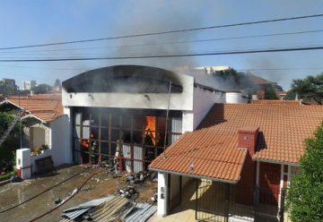 Bomberos controlaron un incendio en una papelera en Punta Mogotes