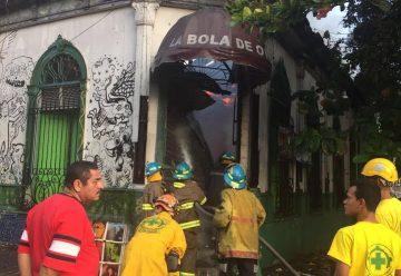 Incendio destruye cervecería en centro de San Salvador