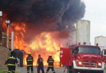 Varios bomberos intoxicados en incendio de productos químicos